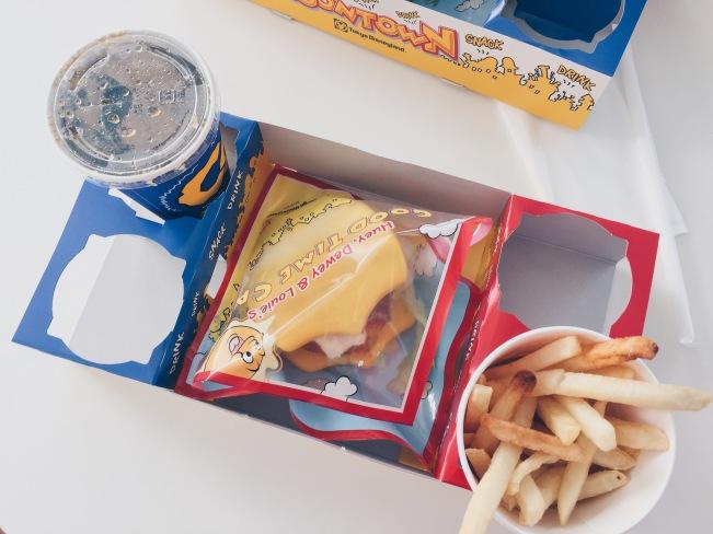 Japan, Tokyo Disneyland - Huey, Dewey and Louie's Good Time Cafe - Donald's Burger - helloteri